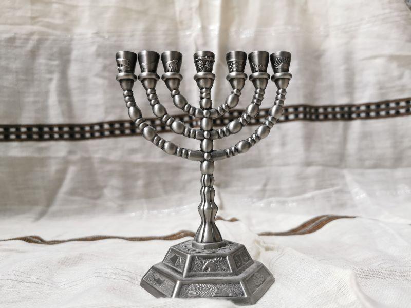 Odcinek 8 jest opisem święta Chanuki i pomnika Menory przed Knesetem